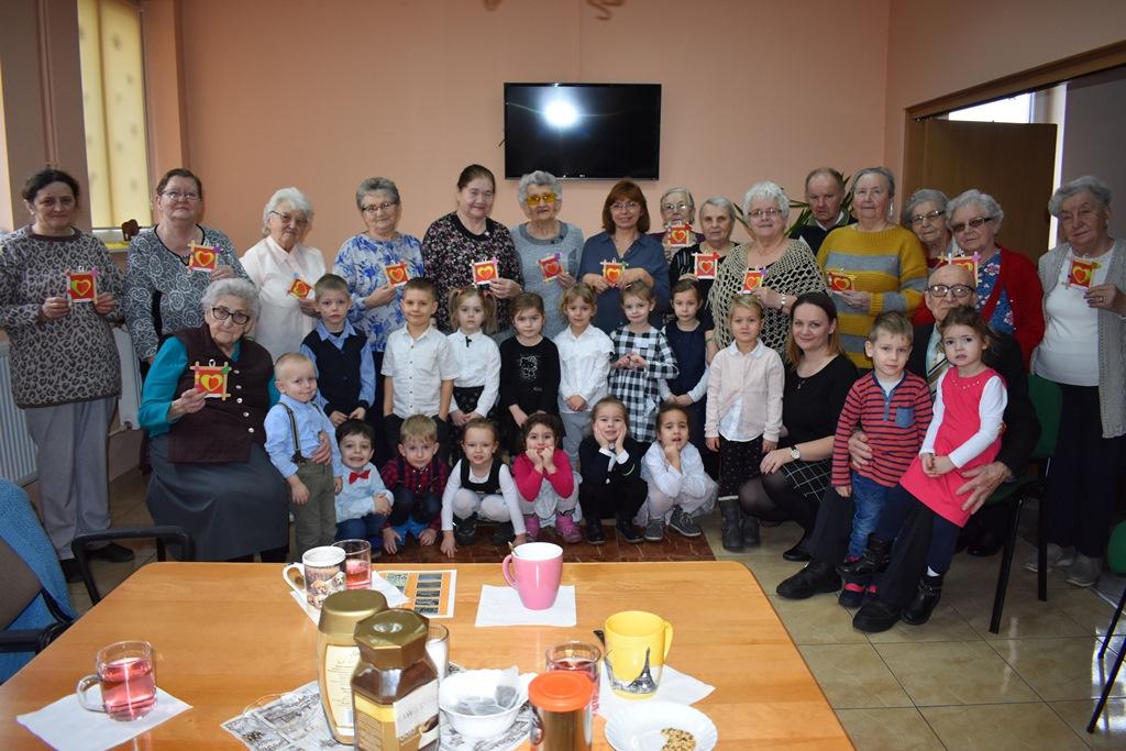 Ilustracja do informacji: Dzień Babci i Dziadka u Seniorów
