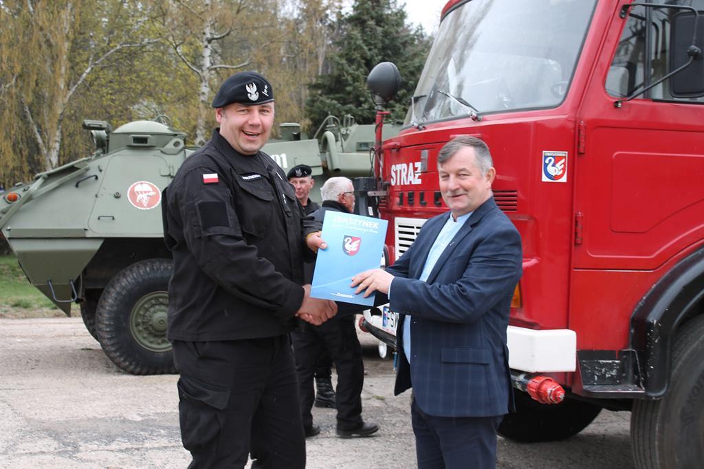 Ilustracja do informacji: Przekazanie wozu strażackiego Jelcz