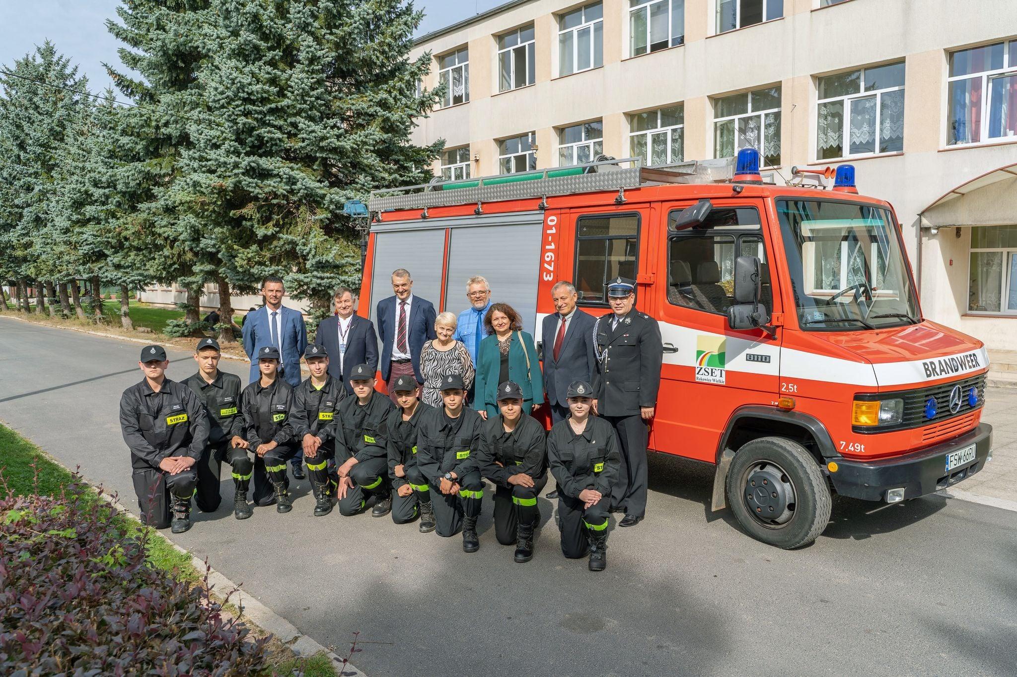 Ilustracja do informacji: Przekazanie wozu strażackiego dla szkoły średniej